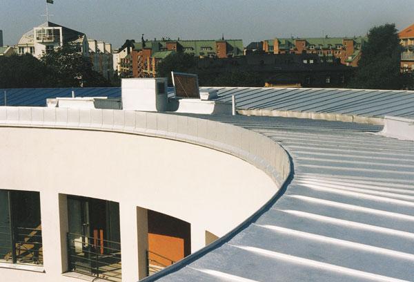 Bild 1:2. Tak och fasader ska utföras med material som är härdiga mot förekommande miljöpåverkan samtidigt som de ska kunna underhållas. Foto: Torbjörn Osterling.