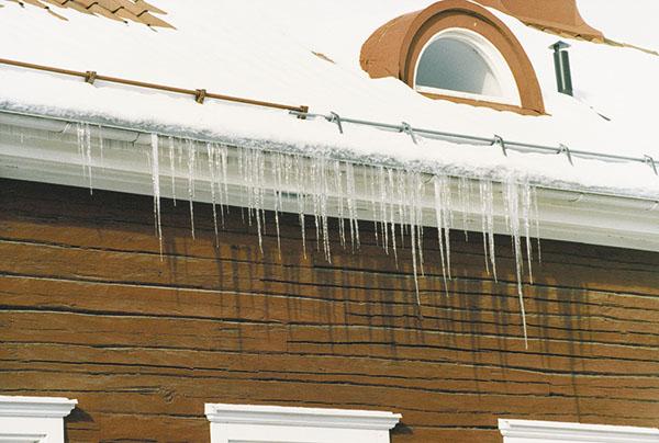 Bild 1:3. Istappar vid takfot är ett tecken på att det kan finnas värmeläckage. Istapparna kan ramla ner och skada såväl människor som egendom. Foto: Torbjörn Osterling.