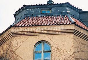 Bild 5:25. Ojämn avtvättning syns särskilt tydligt på putsade ytor. En hängränna hade varit på sin plats. Foto: Torbjörn Osterling.