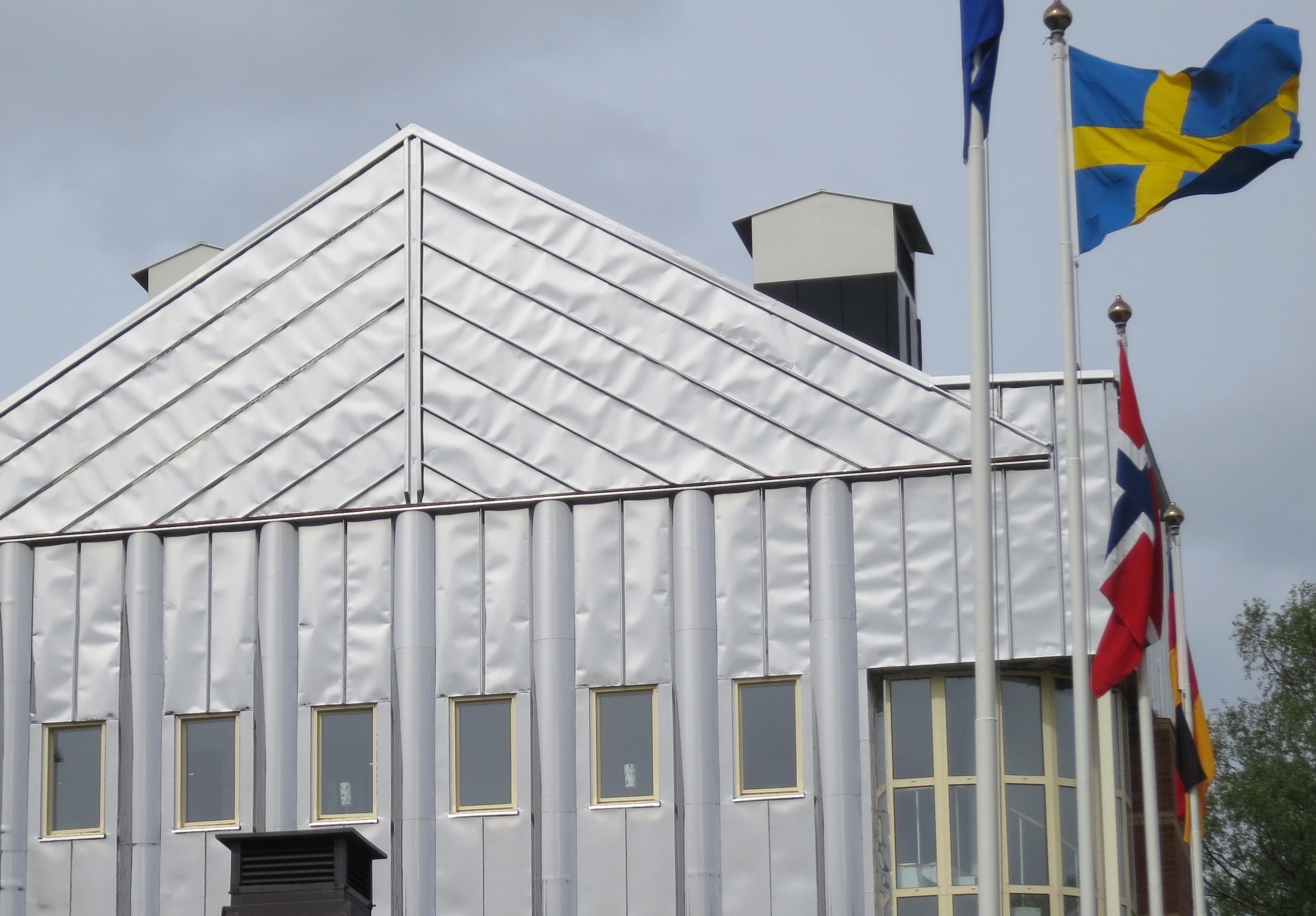 Bild 5:6. Den falsade plåten ger liv åt fasaden. Foto: Torbjörn Osterling.
