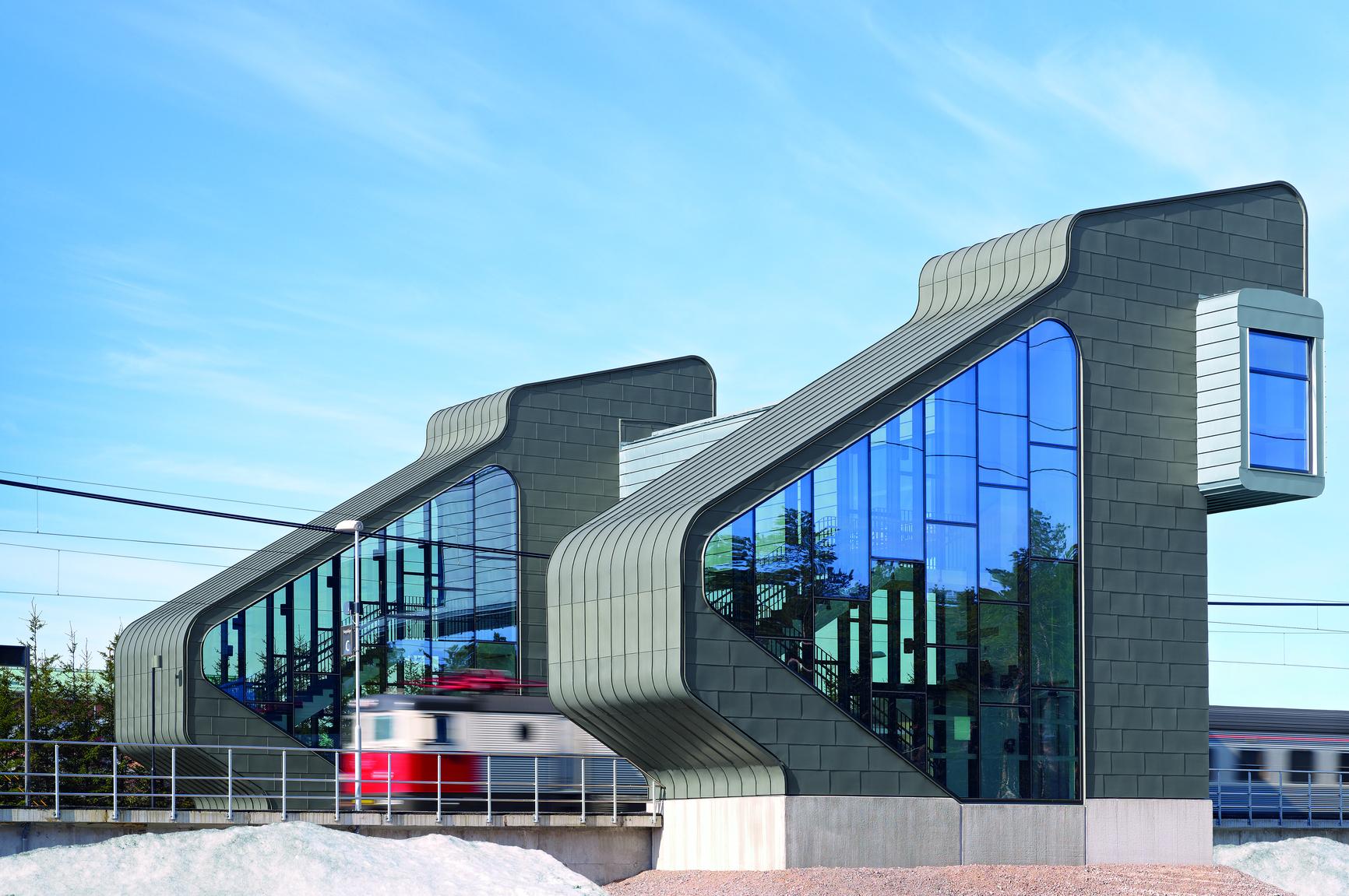Bild 2:29. Sunderbyn, Luleå. Dubbelfalad täckning på tak och storrutor på fasad. PrePATINA graphite grey och prePATINA Blue-grey. Foto: Rheinzink.<br />
