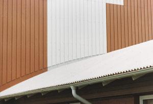 Bild 2:11. Färgbelagd 55 % AlZn-plåt som taktäckning och väggbeklädnad.  Foto: Torbjörn Osterling.