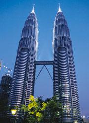 Bild 2:13. Twin Towers i Kuala Lumpur har såväl tak som fasad täckt med plåt av rostfritt stål. Foto: Avesta Sheffield AB.