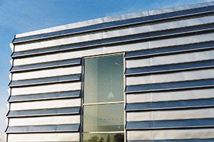 Bild 2:15. Rostfri stålplåt som fasadbeklädnad.   Foto: Torbjörn Osterling.