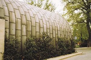Bild 2:23. Icke färgbelagd aluminiumplåt får med tiden grå patina av de oxider som bildas på ytan. Bilden visar en byggnad i Höör som uppfördes i mitten av 1950-talet. Foto: Torbjörn Osterling.