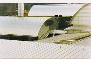 Bild 2:24. Aluminiumplåt har tack vare goda korrosionsegenskaper fått stor användning som fasad- och takmaterial. Aluminium används även för olika typer profiler till fönster- och dörrpartier. Foto: Finspong Aluminium AB.