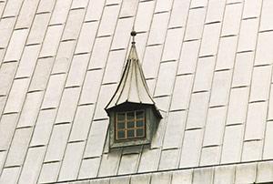 Bild 2:34. Taktäckning med blyplåt. Bild från tak i Tyskland. Ståndfalsarna läg gs ofta på läkt eller ges ett halvcirkelformat utseende.  Foto: Torbjörn Osterling.