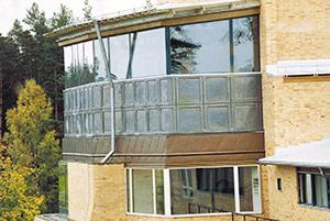 Bild 2:35. Kassetter av blyplåt på fasaden till ett krematorium i Linköping.   Foto: Torbjörn Osterling.