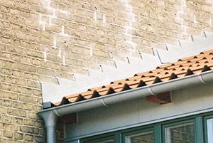 Bild 2:36. Blyplåt som ståndskiva mellan tak med takpannor och högre vägg.  Foto: Torbjörn Osterling.
