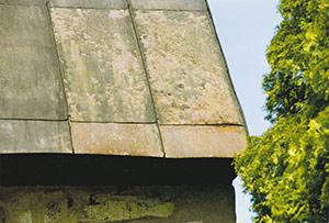 Bild 2:8. Allmän korrosion är den vanligaste typen av korrosion på stålplåt. Galvanisk korrosion kan även uppstå liksom spaltkorrosion i falsar. Foto: Torbjörn Osterling.