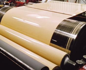 Bild 3:5. Färgbeläggning av plåt sker genom att färgen valsas över på plåten i två steg. Foto: SSAB Tunnplåt AB