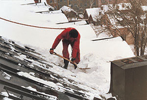 Bild 4:14. Snöskottning är i viss mån beroende av taklutning. Foto: Torbjörn Osterling.