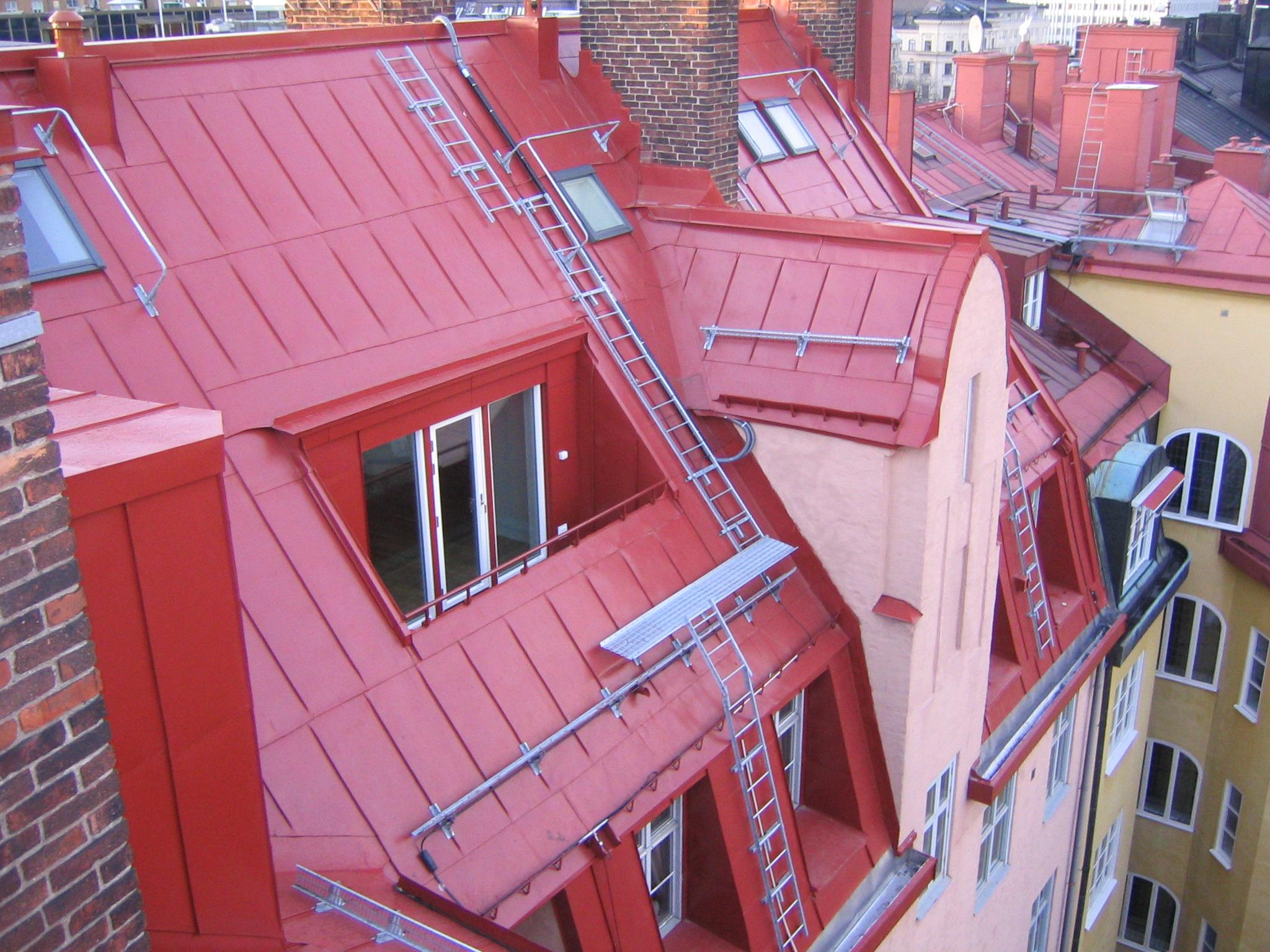 Bild 12:17. Kontroll av taksäkerhetsanordningar är en viktig del av underhållskontrollen av ett tak.  Foto: Torbjörn Osterling.