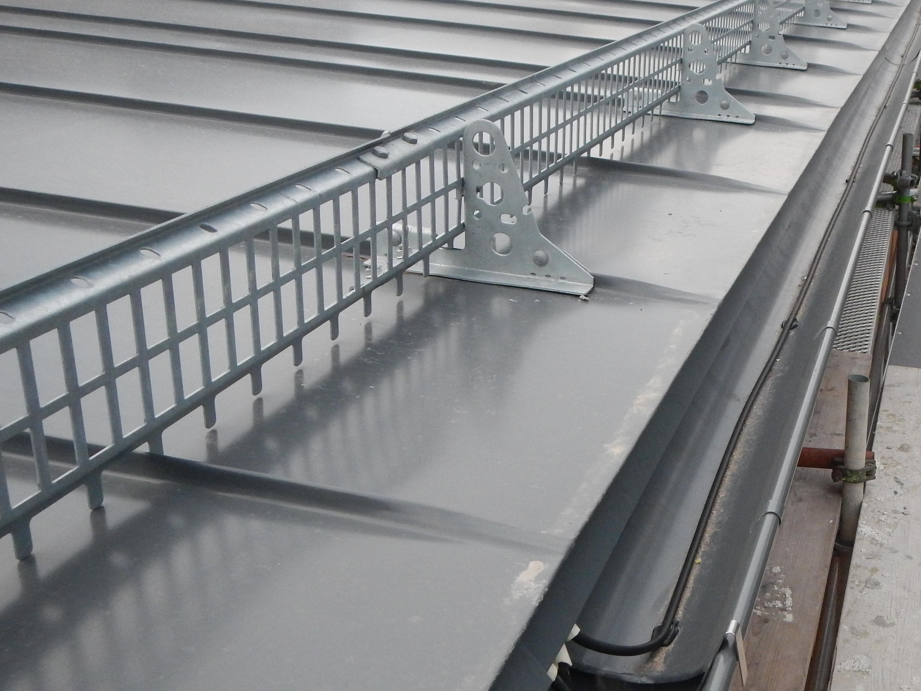Bild 8:17. Infästning av taksäkerhetsanordningar med falsfäste som inte hindrar rörelserna i täckningen. Det finns flera olika typer av falsfästen. Foto: Torbjörn Osterling.