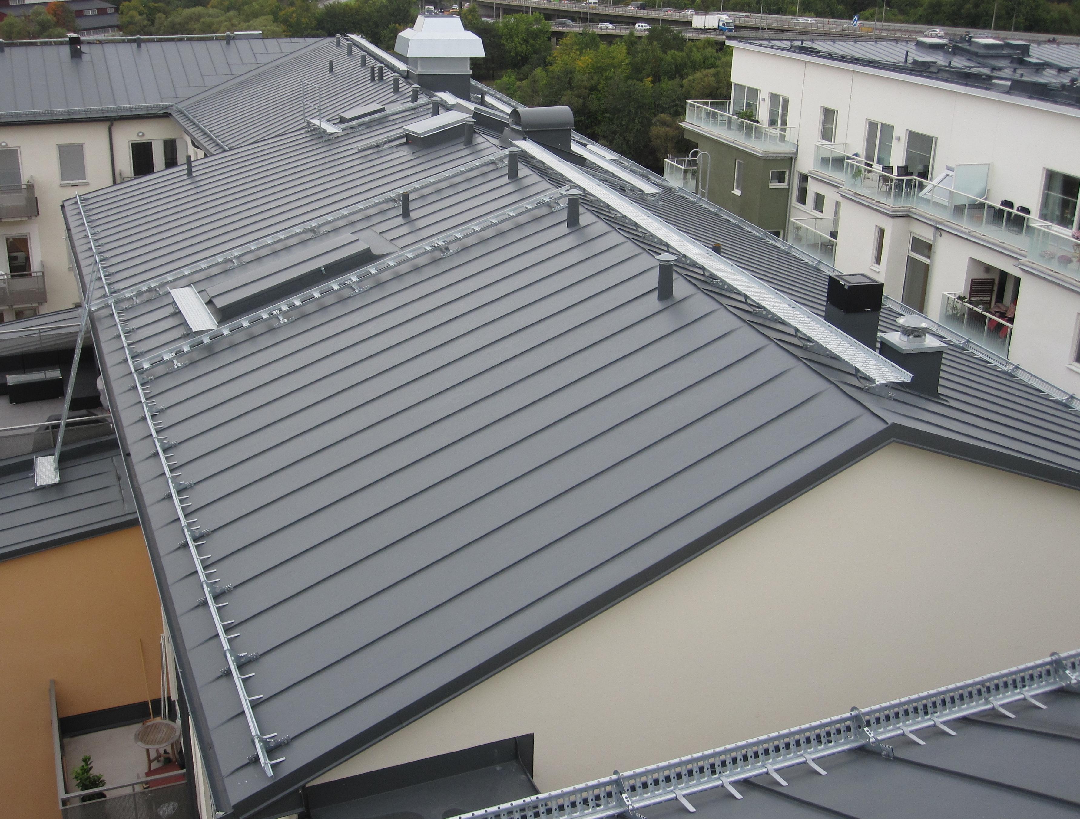 Bild 8:14. Vid långa band är det viktigt att det finns rörelsemån såväl vid taknock som vid taksprång. Foto: Torbjörn Osterling.