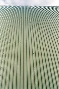 Bild 10:12. Profilerad plåt skarvas med sid- och ändöverlapp. I överlapp på tak anbringas tätning. Följ alltid tillverkarens monteringsanvisningar! Foto: Gasell Profil AB.