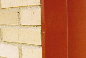 Bild 10:14 Infästning av smygbeslag vid fönster med klammer omvikt över fri plåtkant.  Foto: Torbjörn Osterling