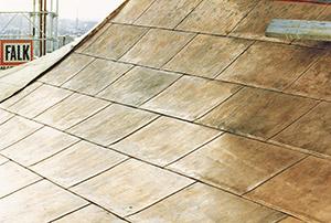 Bild 10:8. Slättäckning med dubbla hakfalsar i båda riktningarna. Detta utförande används även på fasader.  Foto: Torbjörn Osterling