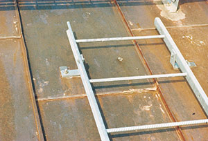 Bild 11:21. Traditionell infästning av takstege.