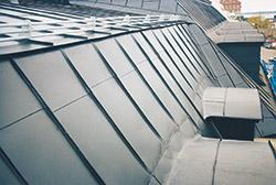 Bild 11:7. Kombinerat snöräcke och räcke vid takbrott.