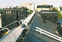Bild 12:16. Gångbrygga för förflyttning längs taknocken ger säker möjlighet att utföra såväl underhållskontroll som underhållsåtgärder. Foto: Torbjörn Osterling.