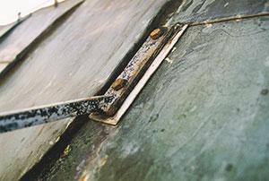 Bild 12:20. Är korrosionsangreppen omfattande på infästningar och detaljer i taksäkerhetssystemet måste byte ske. Foto: Torbjörn Osterling.