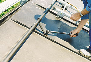 Bild 12:21. Infästningar av taksäkerhetsanordningar i träunderlag måste alltid efterdras. Falsfästen behöver däremot inte efterdras. Foto: Torbjörn Osterling.