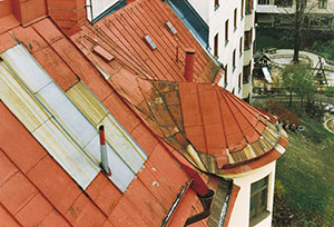 Bild 12:26. Inlagning där lokalt skadad plåttäckning har bytts. Detta tak är för övrigt i behov av en hel ommålning. Foto: Torbjörn Osterling.