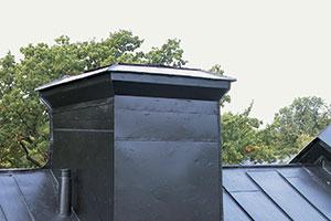 Bild 12:32. Även små ytor som till exempel överbeslag på en skorsten kräver ordentlig infästning. Foto: Torbjörn Osterling.