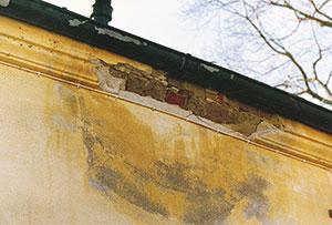 Bild 12:41. Otäta hängrännor kan snabbt ge stora skador på underliggande fasad. Foto: Torbjörn Osterling