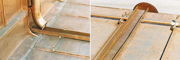 Bild 12:45. Regnvatten bör inte släppas ut på underliggande tak utan särskild avledning. Här ligger det en öppen ränna som leder ner vattnet till hängrännan på det lägre taket. Rännan är fastsatt i de närmaste ståndfalsarna. Foto: Torbjörn Osterling.