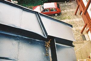 Bild 12:53. Avledare på ett brett krön förhindrar att vatten rinner ner på fasaden. Foto: Torbjörn Osterling.