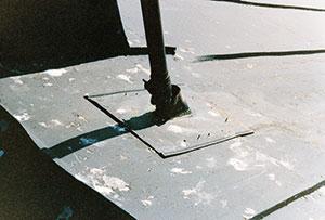 Bild 12:56. Felaktigt och i efterhand utförda genomföringar medför stora läckagerisker. Foto: Torbjörn Osterling.