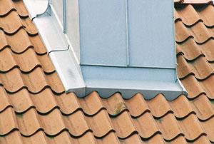 Bild 12:57. Rätt utförda detaljer och bra underhåll är viktiga förutsättningar för ett fungerande tak. Foto: Torbjörn Osterling.