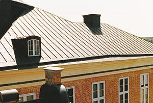 Bild 12:60. Det är väl värda pengar att investera i långsiktigt och väl planerat takunderhåll. Foto: Torbjörn Osterling.