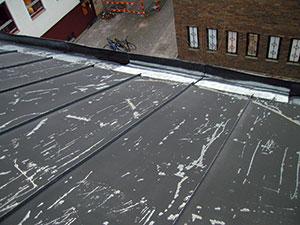 Bild 13:7. Tak som måste åtgärdas målas om. Foto: Leif Johansson, Renovator