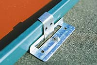 Bild 6:1. Underlag för plan plåt behövs för infästning av klammer. Klammerna fästs till underlaget och viks sedan in i ståndfalsen. På bilden visas en rörlig klammer som medger att plåten kan röra sig i förhållande till underlaget. Foto: SSAB Tunnplåt AB.