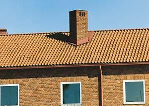 Bild 6:16. Snedställd skorsten gör att vatten lätt kan rinna förbi skorstenen. Foto: Torbjörn Osterling.