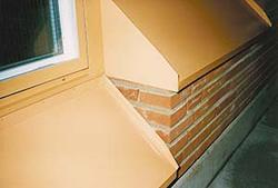 Bild 6:7. Fönsterbleck med stabilt underlag och bra lutning ger förutsättningar för att inte fönster och fasad ska skadas av inträngande vatten. Foto: Torbjörn Osterling.