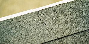 Bild 8:10. Spricka i pappen på grund av olika stora rörelser i den underliggande plåten respektive pappen. Rätt lösning är att inte göra för långa plåtar.Foto: Torbjörn Osterling.