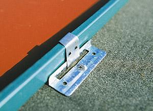 Bild 8:4. Genom att använda glidbara infästningar till falsad plåt kan plåten röra sig i längdled. Foto: SSAB Tunnplåt AB.