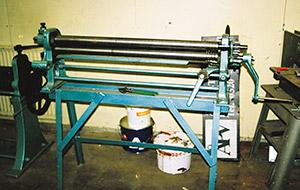 Bild 9:19. Rundbockmaskin för böjning av plan plåt för bland annat rör. Foto: Osmo Kurki.