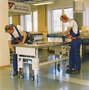 Bild 9:21. Arbetsbänk med justerbar arbetshöjd. Foto: Osmo Kurki.
