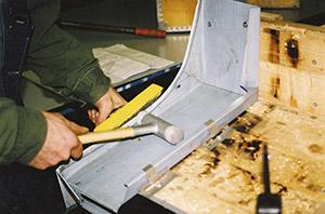 Bild 9:24. Detaljer för hinder på tak, exempelvis kringtäckningar av skorsten och takluckor, falsas med små omvikningar och med handverktyg. Foto: Osmo Kurki.