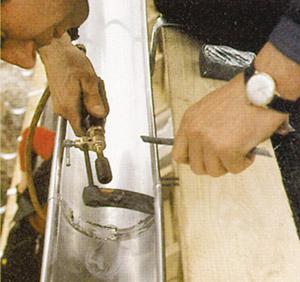 Bild 9:25. Lödning av skarv i hängränna av titanzink. Foto: Osmo Kurki.