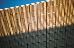 Bild 2:20. Emaljerad plåt som fasadmaterial. Den emaljerade plåten har en hållbar yta och kulörhärdigheten är god. Foto: Torbjörn Osterling.