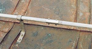 Bild 11:13. Rostfri konsol på koppartak.