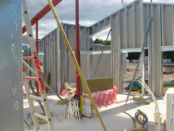 Bild 14:5. Ytterväggsmontage. Uppbyggnadsprincipen är densamma för lättbyggnadsteknik som för trä.  Foto: Lindab AB<br />