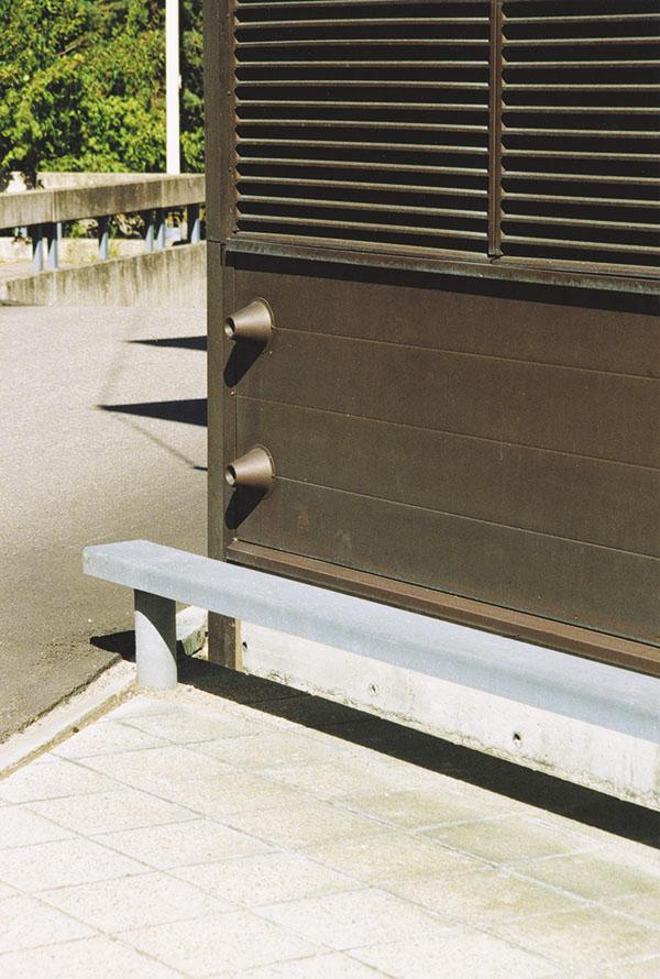 Bild 1:10. Vid utsatta lägen är det nödvändigt att skydda fasaden med påkörningskydd. Foto: Torbjörn Osterling.