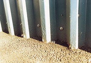 Bild 5:29. Oskyddade klippkanter mot fukthållande material ger lätt korrosionsskador. Foto: Torbjörn Osterling.